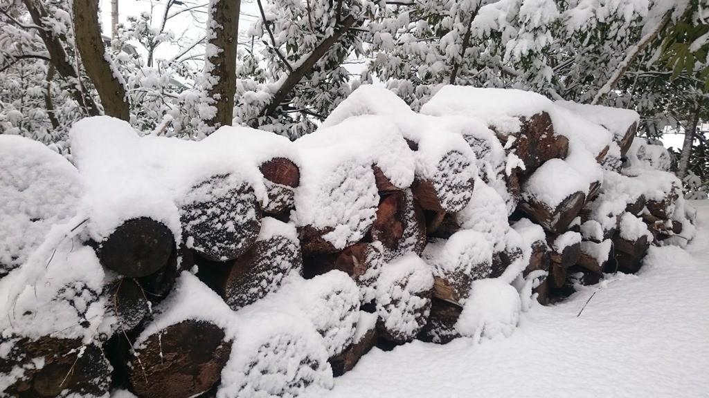 薪に積もる雪